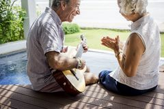 Starsza para cieszy się ich wakacje obraz stock