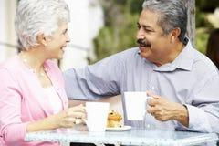 Starsza para Cieszy się przekąskę Przy Plenerowym CafÅ ½ obraz royalty free