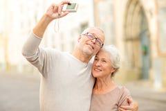 Starsza para fotografuje na miasto ulicie