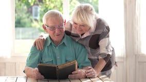 Starsza para i książka zbiory