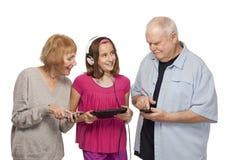 Starsza para i wnuczka z cyfrową pastylką p i wiszącą ozdobą Obrazy Stock