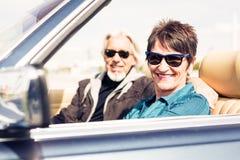 Starsza para Jedzie Odwracalnego Klasycznego samochód Zdjęcie Stock