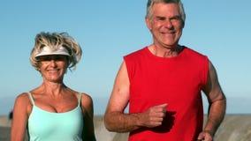 Starsza para jogging na słonecznym dniu zbiory