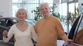 Starsza para kupuje samochód przy przedstawicielstwem handlowym zdjęcie wideo