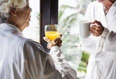 Starsza para ma śniadanie w pokoju hotelowym zdjęcia stock