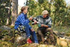 Starsza para ma kawową przerwę w lesie zdjęcia stock