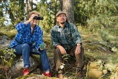 Starsza para ma przerwę w lesie zdjęcia royalty free