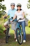 Starsza para Na cykl przejażdżce W wsi zdjęcie royalty free