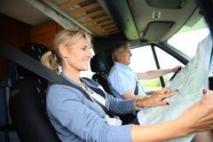 Starsza para na roadtrip w campingowym samochodzie Zdjęcia Royalty Free