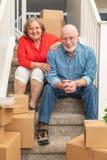 Starsza para Na schodkach Otaczających Ruszać się pudełka zdjęcie royalty free