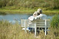 Starsza para odpoczywa przy parkiem Fotografia Royalty Free