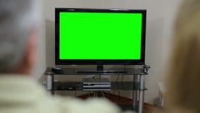 Starsza para ogląda TV zbiory wideo