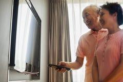 Starsza para ogląda TV Obrazy Stock