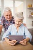 Starsza para patrzeje cyfrową pastylkę obraz stock