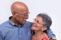 Starsza para patrzeje each inny zdjęcia royalty free