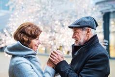 Starsza para patrzeje each inny w centrum handlowym przy Bożenarodzeniowym czasem fotografia royalty free