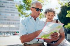 Starsza para patrzeje miasto mapę Fotografia Stock