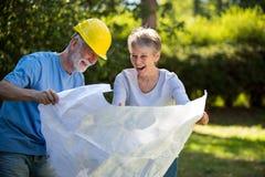 Starsza para patrzeje projekt w ogródzie Obraz Stock