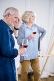 Starsza para pije wino w sztuka warsztacie fotografia royalty free