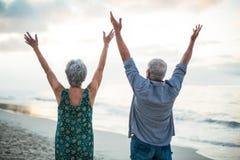 Starsza para podnosi ich ręki obraz royalty free