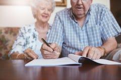 Starsza para podpisuje ich wola dokumenty zdjęcie royalty free