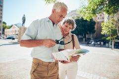 Starsza para próbuje czytać uliczną mapę Obrazy Stock