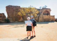 Starsza para przy Kamiennym necropolis w dolinie świątynie Agrigento zdjęcie stock