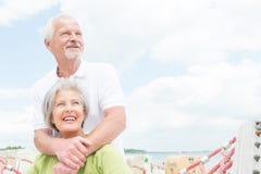 Starsza para przy plażą obrazy royalty free