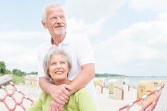 Starsza para przy plażą zdjęcie stock