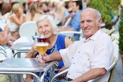 Starsza para relaksuje na outdoors kawiarni Obraz Royalty Free