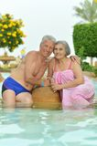 Starsza para relaksuje przy basenem Zdjęcie Royalty Free