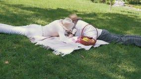 Starsza para relaksuje przy koc w parku i karmienie each inni marshmallows zbiory wideo
