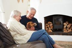 Starsza para Relaksuje W Domu Z zwierzę domowe psem fotografia royalty free