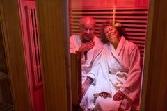 Starsza para relaksuje w parowym sauna fotografia royalty free
