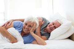 Starsza para relaksuje w sypialni Zdjęcia Stock