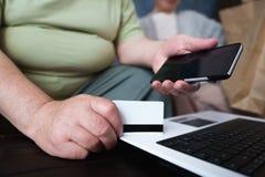 Starsza para robi online zakupy używać gadżet zdjęcia royalty free