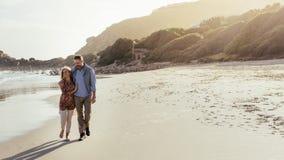 Starsza para spaceruje na plaży obrazy stock