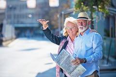 Starsza para turyści patrzeje miasto mapę fotografia royalty free
