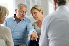 Starsza para uczęszcza grupową terapię obrazy stock