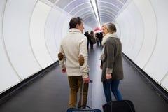 Starsza para w korytarzu metra ciągnięcia tramwaju bagaż Fotografia Stock