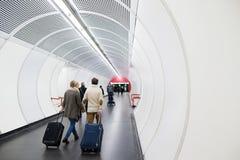 Starsza para w korytarzu metra ciągnięcia tramwaju bagaż Obrazy Royalty Free