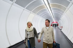 Starsza para w korytarzu metra ciągnięcia tramwaju bagaż Zdjęcie Royalty Free