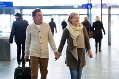 Starsza para w korytarzu metra ciągnięcia tramwaju bagaż Obraz Royalty Free
