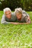 Starsza para w miłości na łące obraz royalty free
