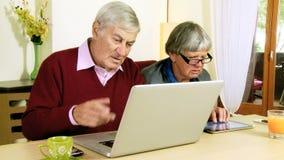 Starsza para w miłości z technologią i socjalny siecią zbiory