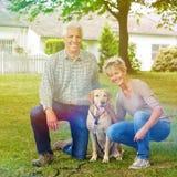 Starsza para w ogródzie z psem fotografia royalty free