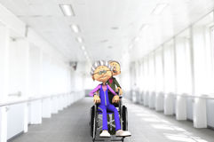 Starsza para w szpitalnym wózku inwalidzkim Zdjęcia Stock