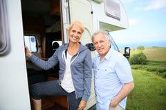 Starsza para wchodzić do campingowego samochód Zdjęcia Royalty Free