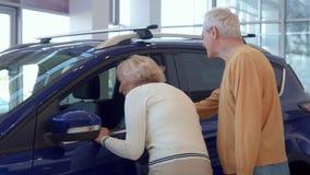 Starsza para wybiera samochód przy przedstawicielstwem handlowym zdjęcie wideo