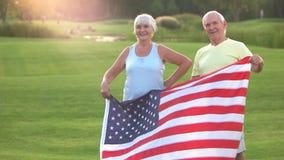 Starsza para z flaga amerykańską zbiory